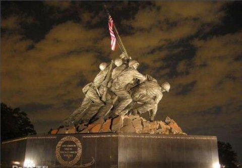 硫磺岛战役:美军士兵在折钵山竖起国旗背后的故事